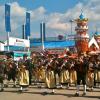 O desfile da Oktoberfest Trachten und Schützenzug