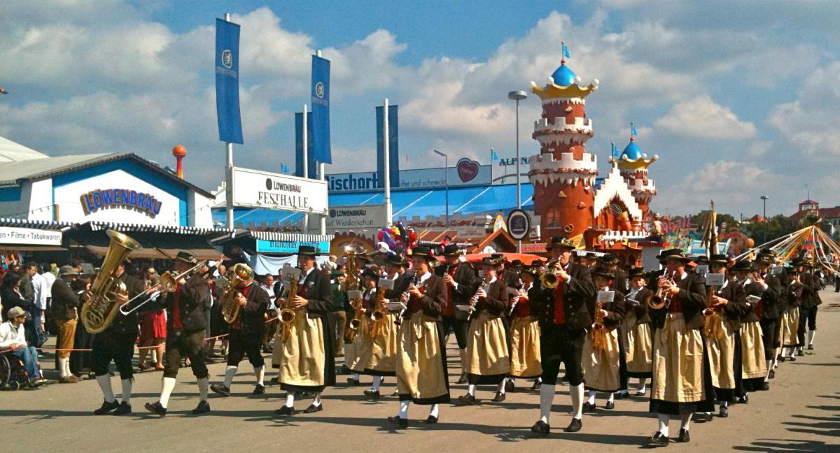 The Oktoberfest Parade Trachten Und Sch 252 Tzenzug Oktoberfest
